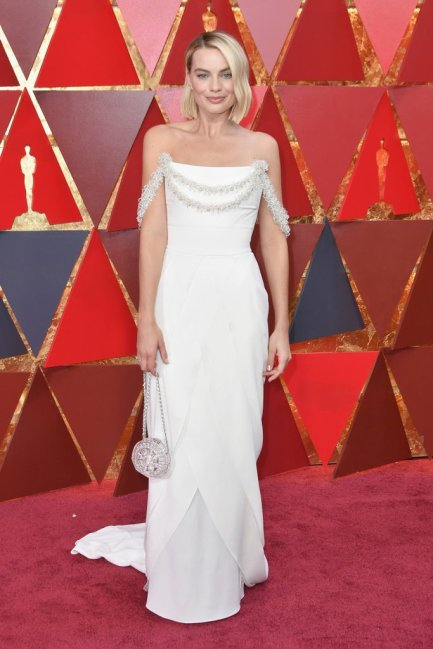 1_margot-robbie-white-chanel-dress-oscars-2018_idiva